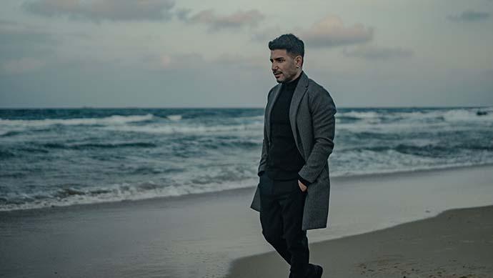 """Cüneyt Tek yepyeni şarkısı """"Büyük"""" ile müzikseverlerle buluştu."""