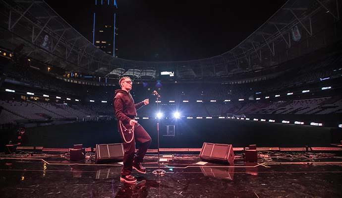 Edis bir ilke imza atarak stadyumdan online konser verdi