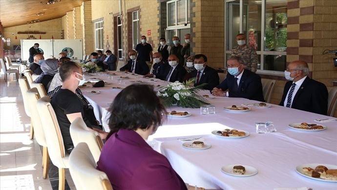 Millî Savunma Bakanı Hulusi Akar, Şehitlerimizin Yakınları ve Gazilerimizle Bayramlaştı