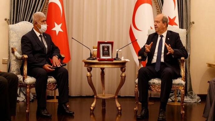 Cumhurbaşkanı Tatar, Çukurova Derneği başkan ve yetkililerini kabul ederek görüştü.